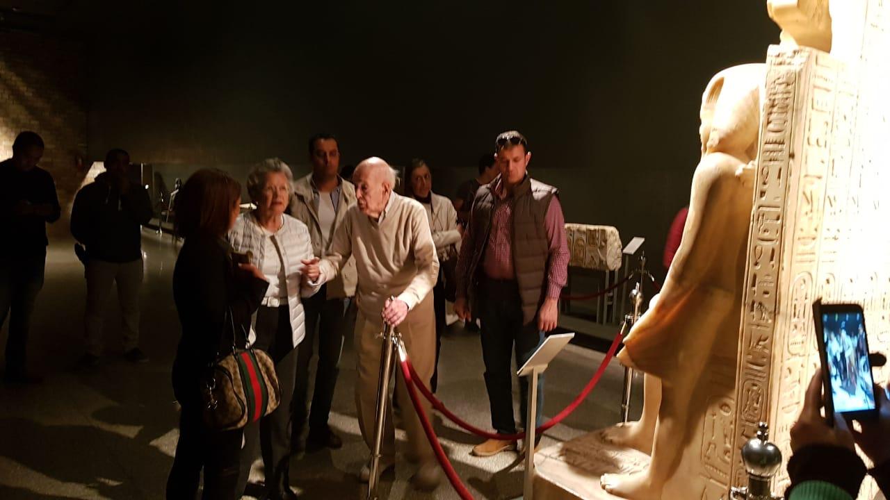 صور.. الرئيس الفرنسى الأسبق يزور آثار الأقصر فى رحلة سياحية  (9)