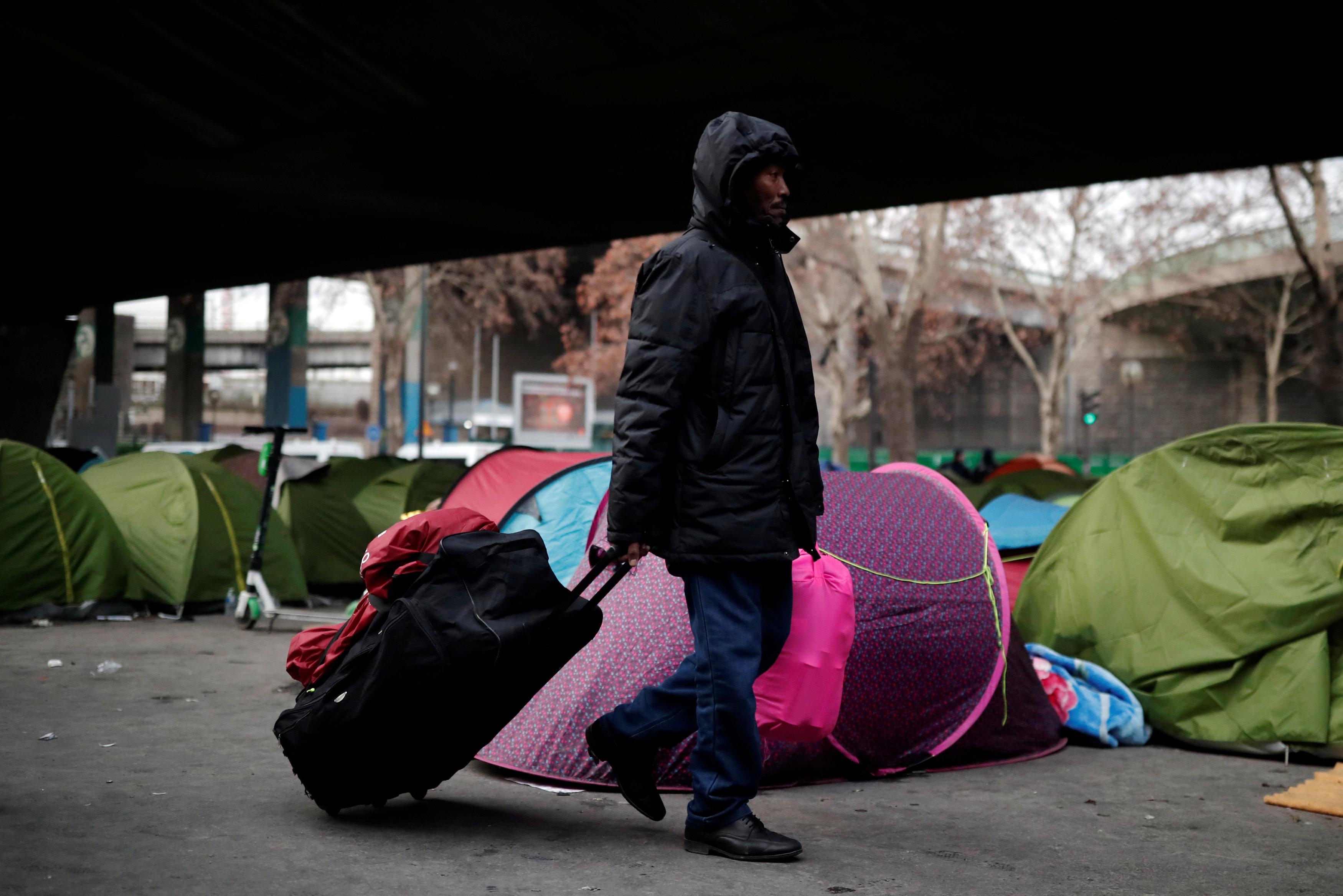 أحد اللاجئين يحمل حقائبة