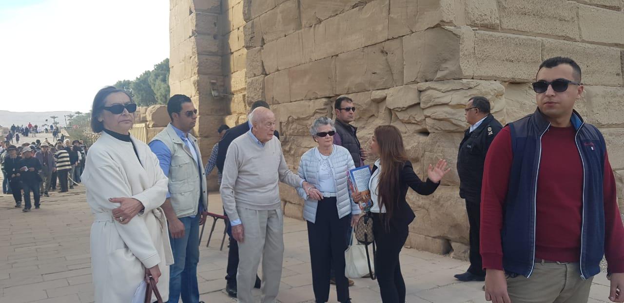 صور.. الرئيس الفرنسى الأسبق يزور آثار الأقصر فى رحلة سياحية  (3)
