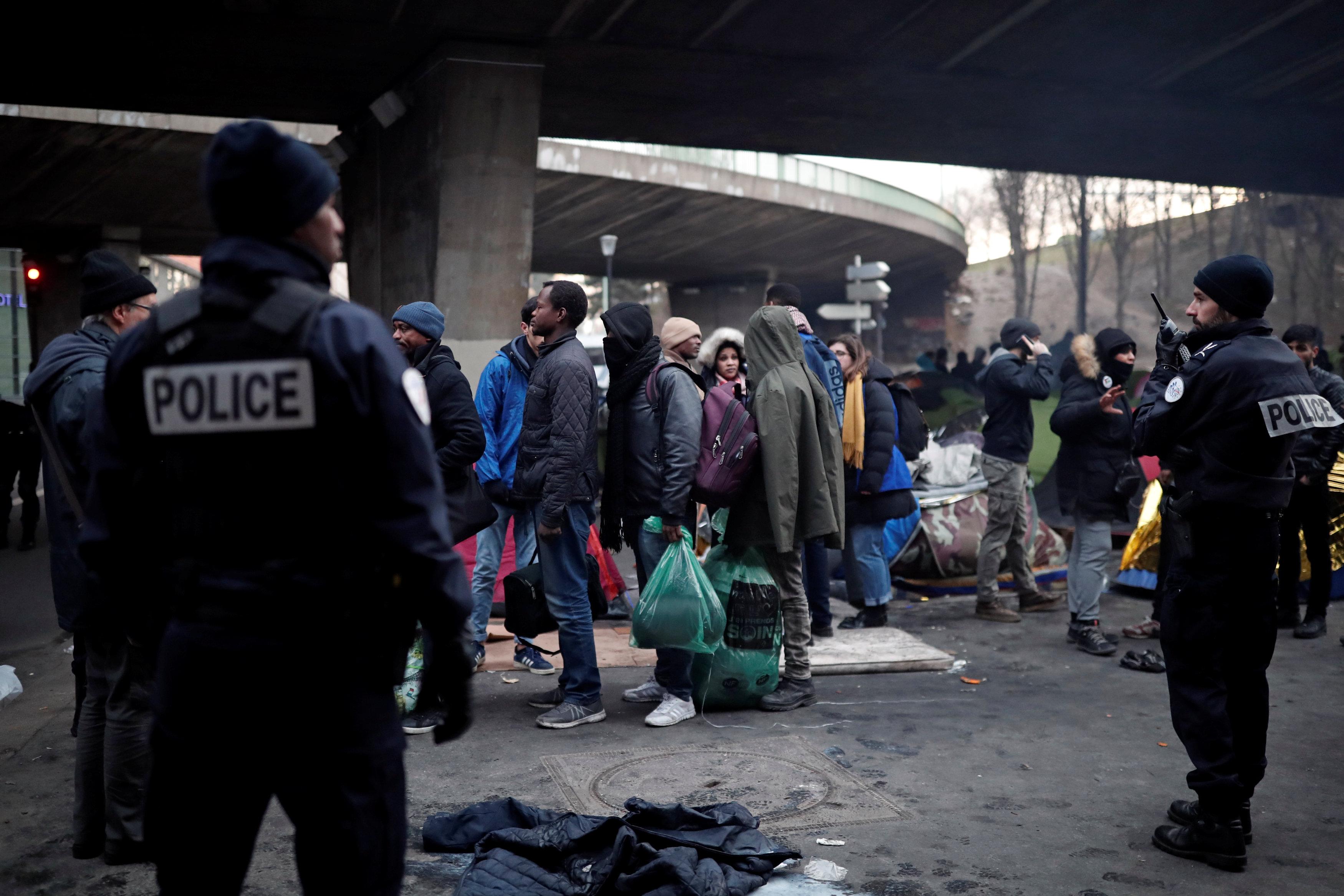 اللاجئون فى انتظار للانتقال من المنطقة التى يقطنونها فى باريس