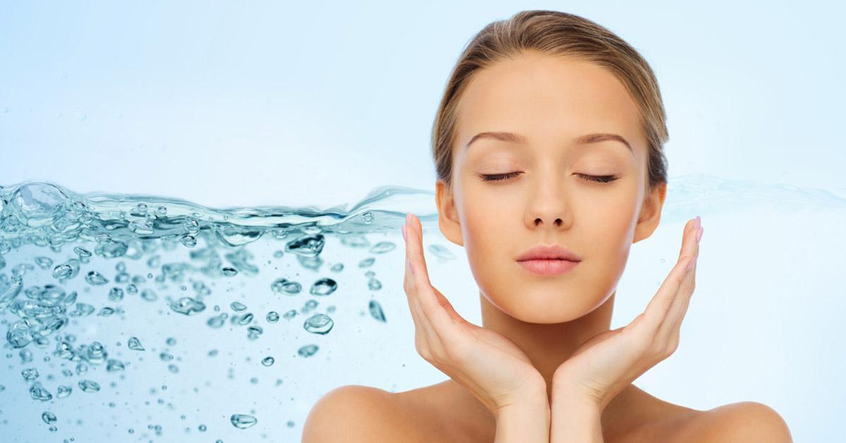 فوائد الماء للجسم منها أنه يحسن صحة البشرة
