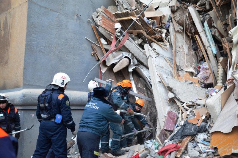 انهيار بناية سكنية جراء انفجار للغاز بروسيا (8)