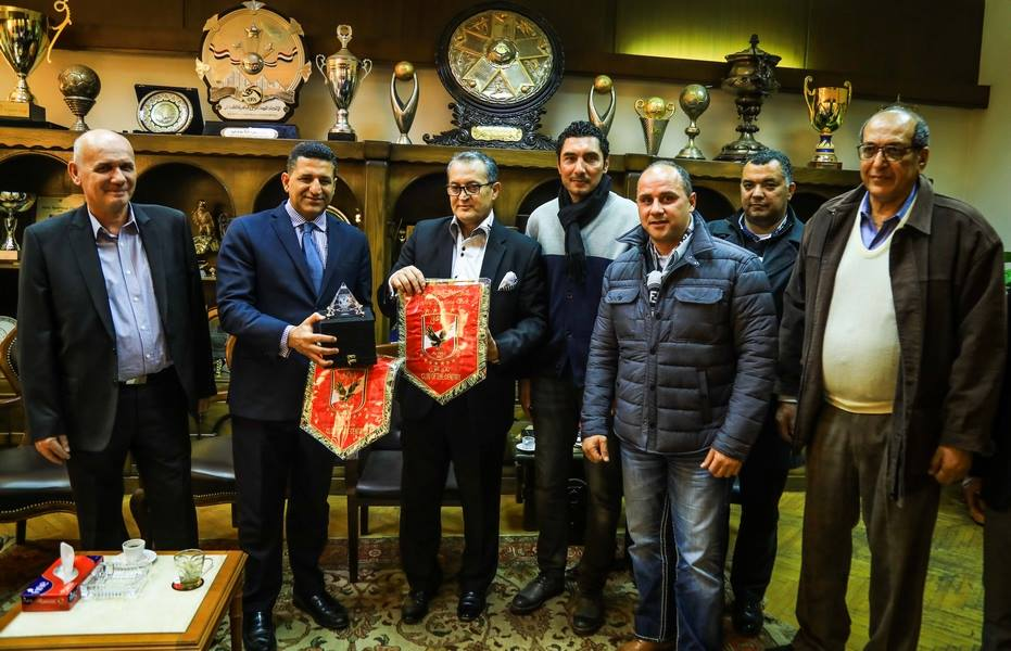 الأهلى يهدى السفيرين المصرى والصربى درع وعلم النادى