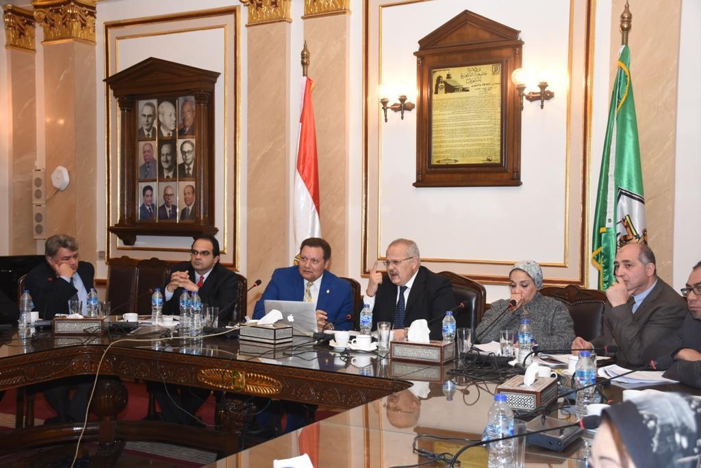 الدكتور محمد عثمان الخشت رئيس جامعة القاهرة أثناء الاجتماع (1)