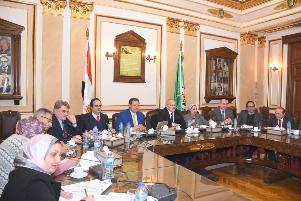 الدكتور محمد عثمان الخشت رئيس جامعة القاهرة أثناء الاجتماع (2)