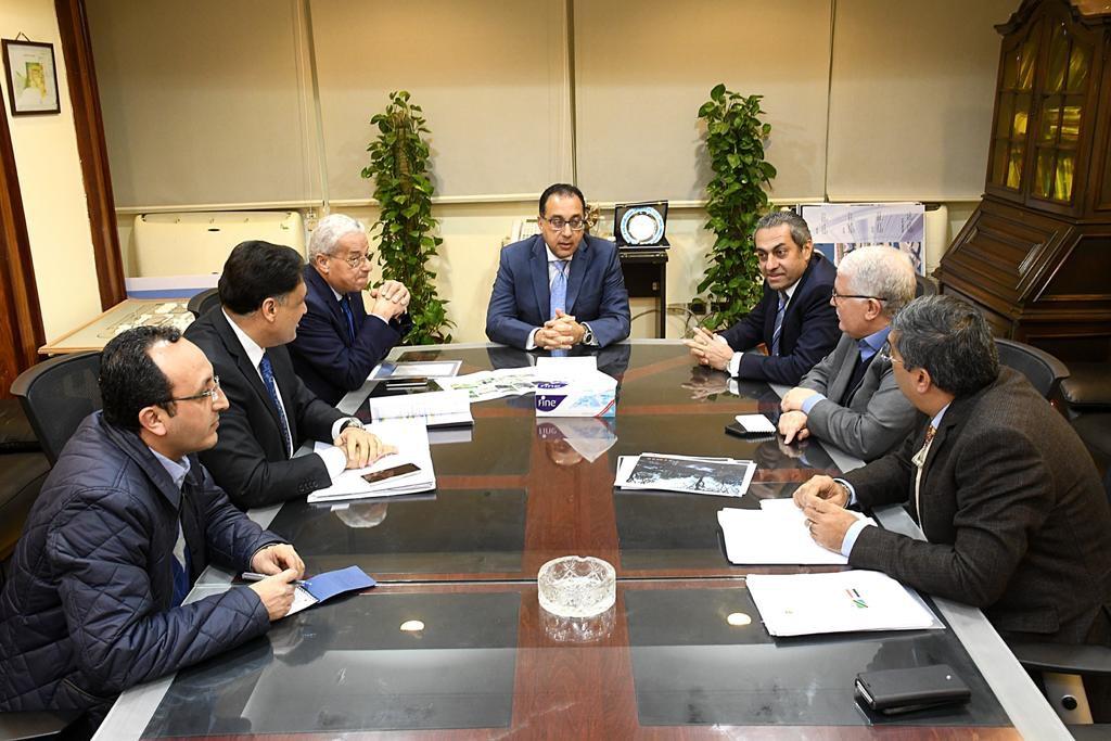 رئيس الوزراء يبحث مع مسئولى المقاولون العرب - السويدي إليكتريك إنشاء سد روفيجى (2)
