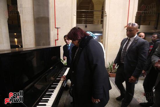 وزيرة الثقافة تتفقد مبنى دار الكتب والعرض المتحفى بصحبة قيادات الوزارة  (11)