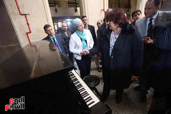 وزيرة الثقافة تتفقد مبنى دار الكتب والعرض المتحفى بصحبة قيادات الوزارة  (10)