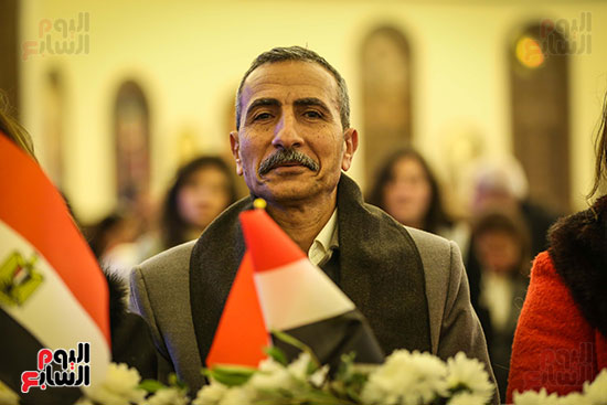 علم مصر يرفرف بأيدى المشاركين فى قداس عيد الميلاد بكاتدرائية (3)