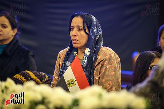 علم مصر يرفرف بأيدى المشاركين فى قداس عيد الميلاد بكاتدرائية (2)