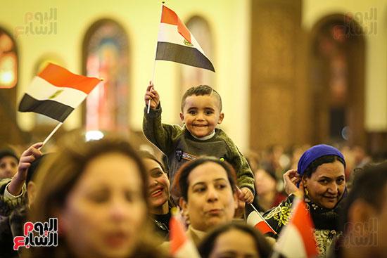 علم مصر يرفرف بأيدى المشاركين فى قداس عيد الميلاد بكاتدرائية (1)