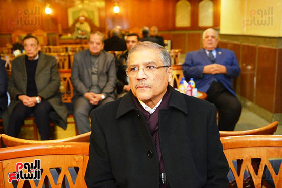 نجل الرئيس السادات يستقبل عزاء شقيقه فى مسجد الرحمن الرحيم (2)