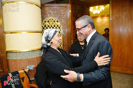 نجل الرئيس السادات يستقبل عزاء شقيقه فى مسجد الرحمن الرحيم (13)