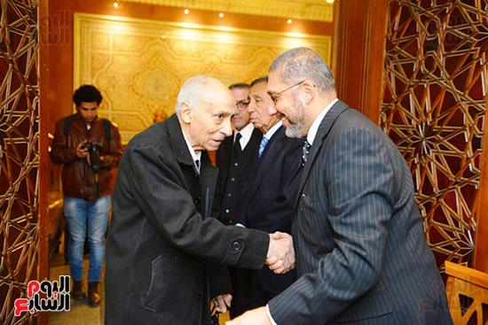 نجل الرئيس السادات يستقبل عزاء شقيقه فى مسجد الرحمن الرحيم (1)