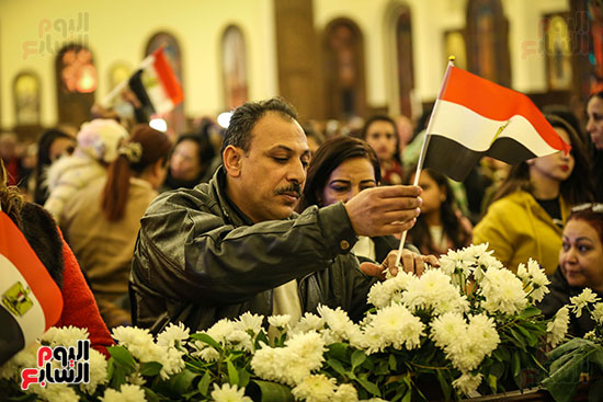 علم مصر يرفرف بأيدى المشاركين فى قداس عيد الميلاد بكاتدرائية (4)