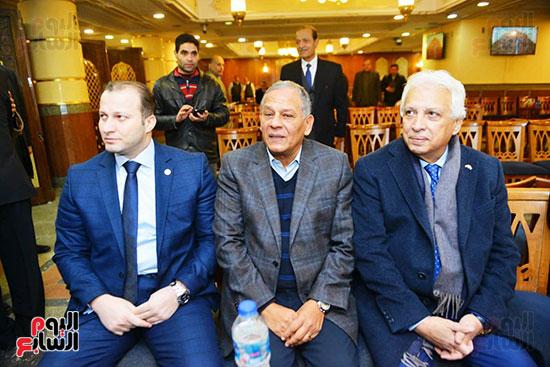 نجل الرئيس السادات يستقبل عزاء شقيقه فى مسجد الرحمن الرحيم (3)