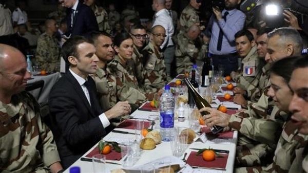 ماكرون يحتفل مع جنوده فى تشاد بعيد الميلاد