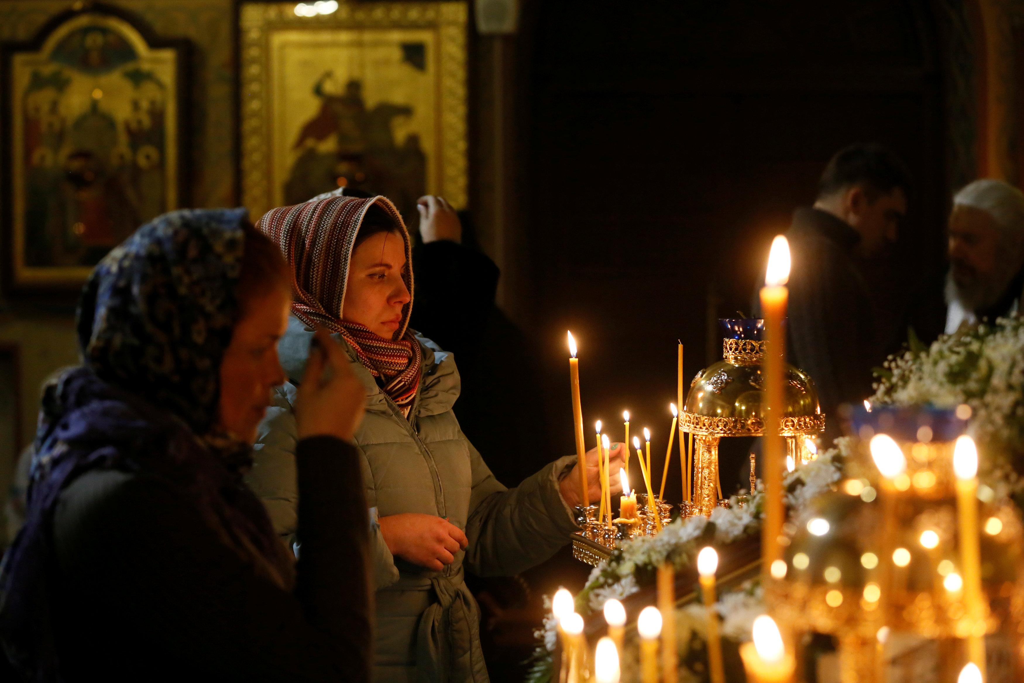 اضاءة الشموع خلال عيد الميلاد  (1)