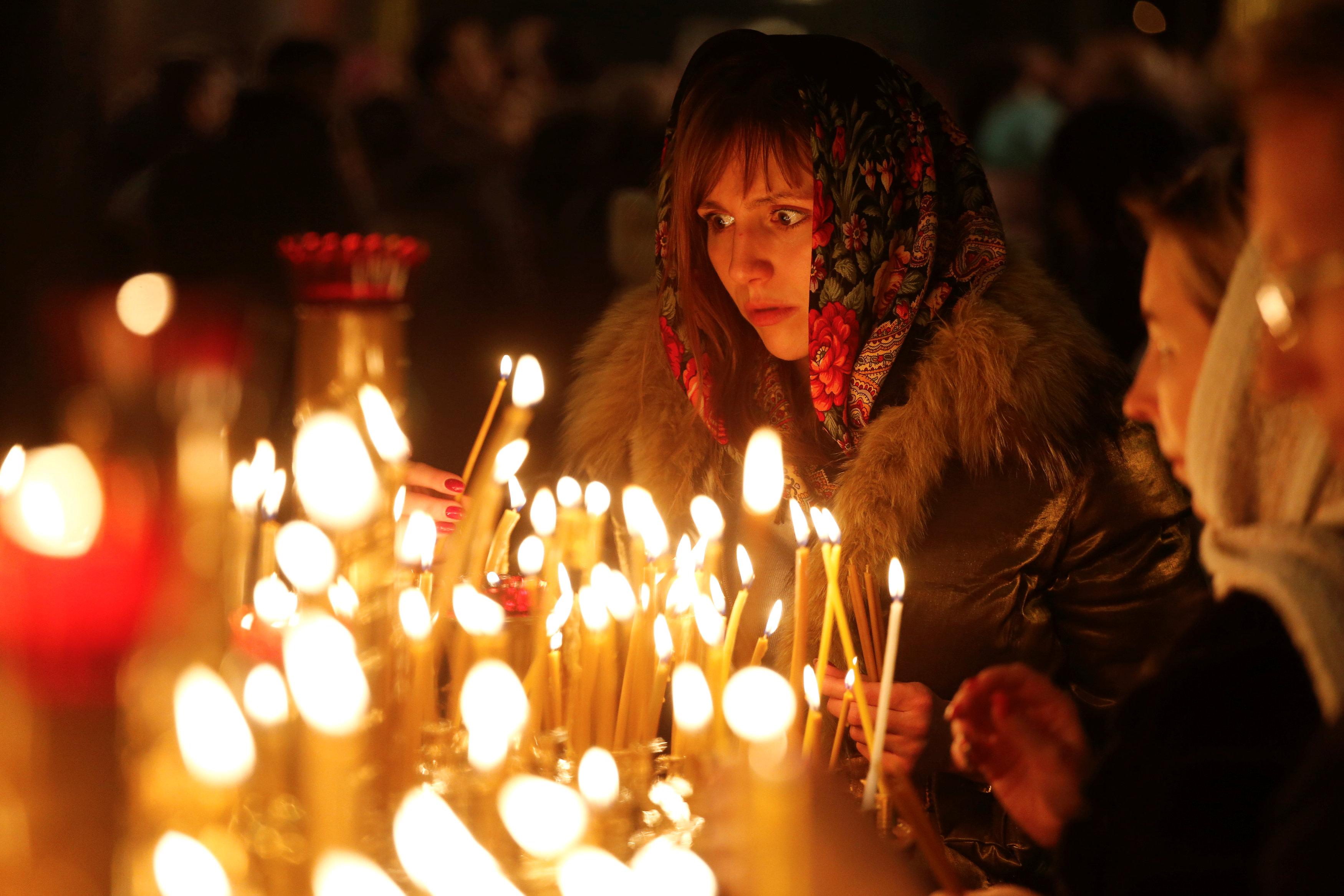 اضاءة الشموع خلال عيد الميلاد  (5)