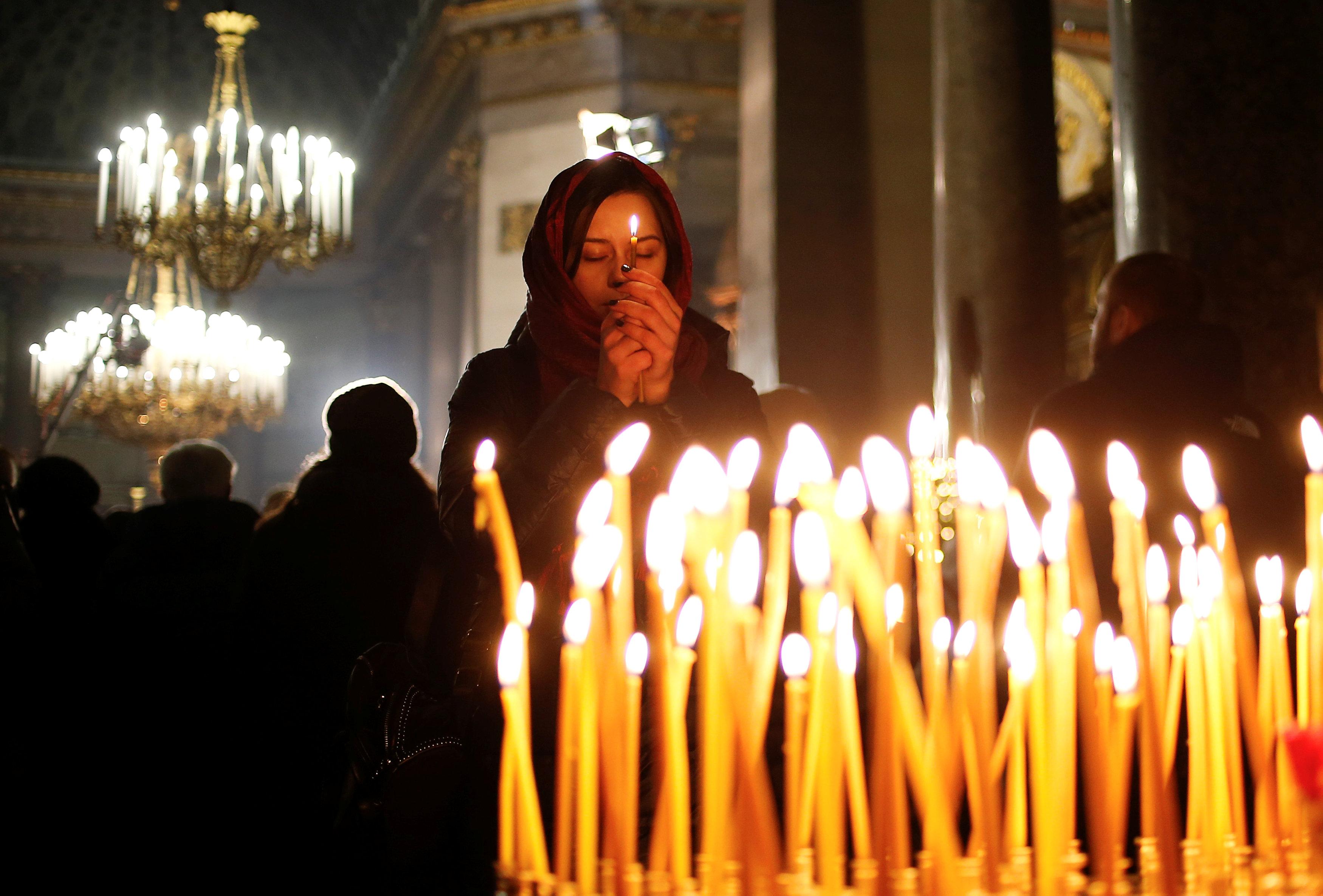 اضاءة الشموع خلال عيد الميلاد  (4)