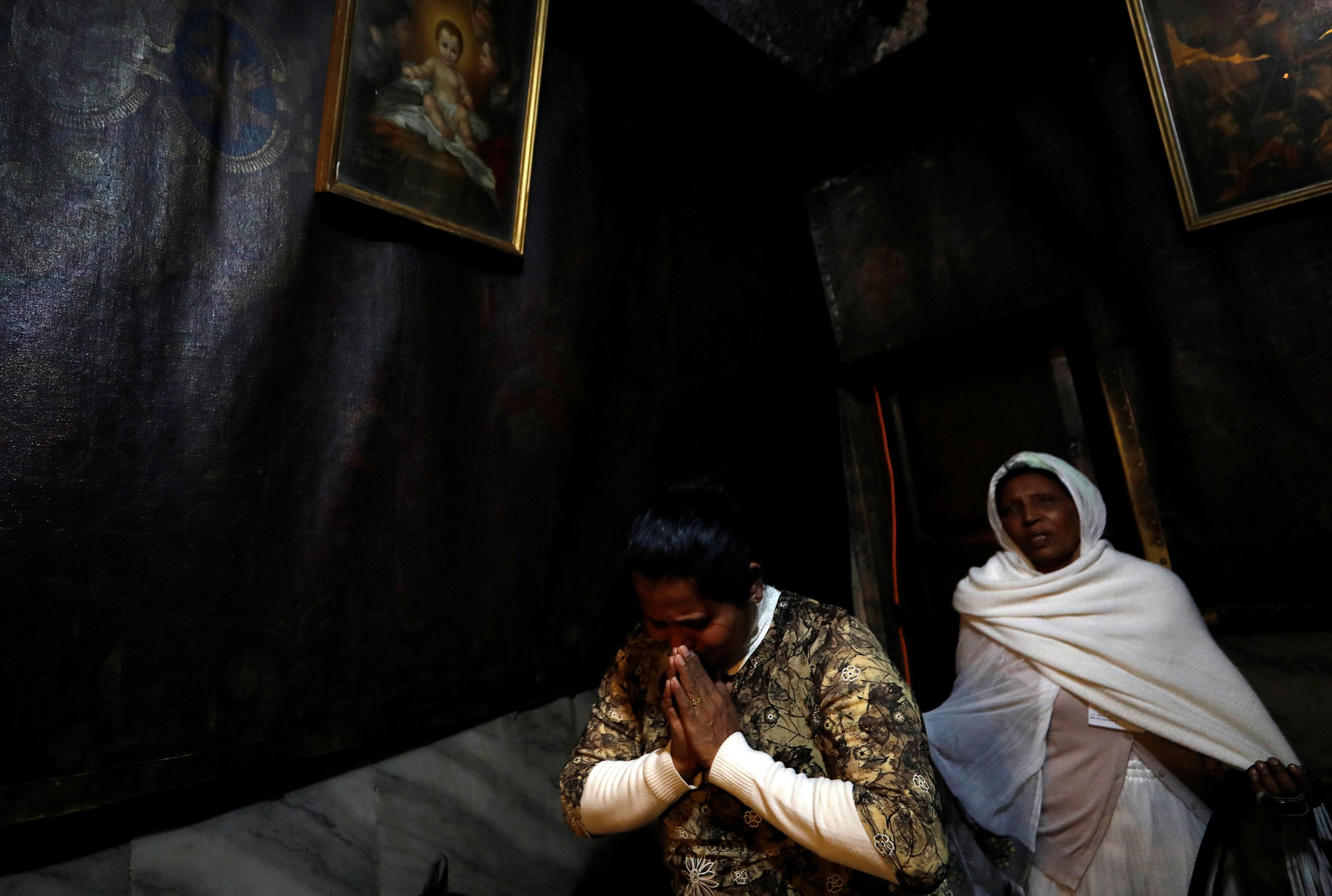 المصلون داخل كنيسة المهد في بيت لحم