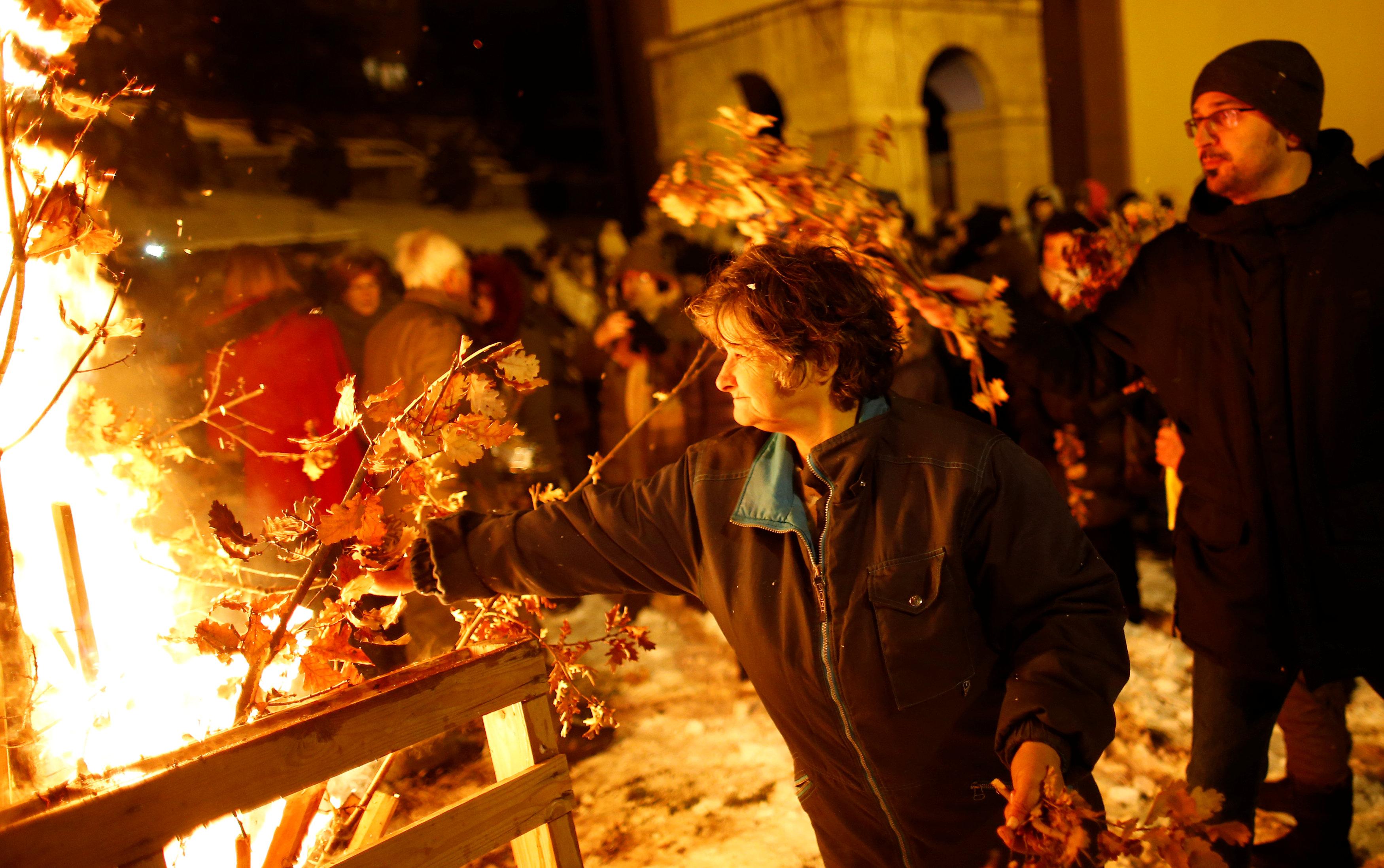 المصلون يقيمون الشعائر خلال القداس فى البوسنة