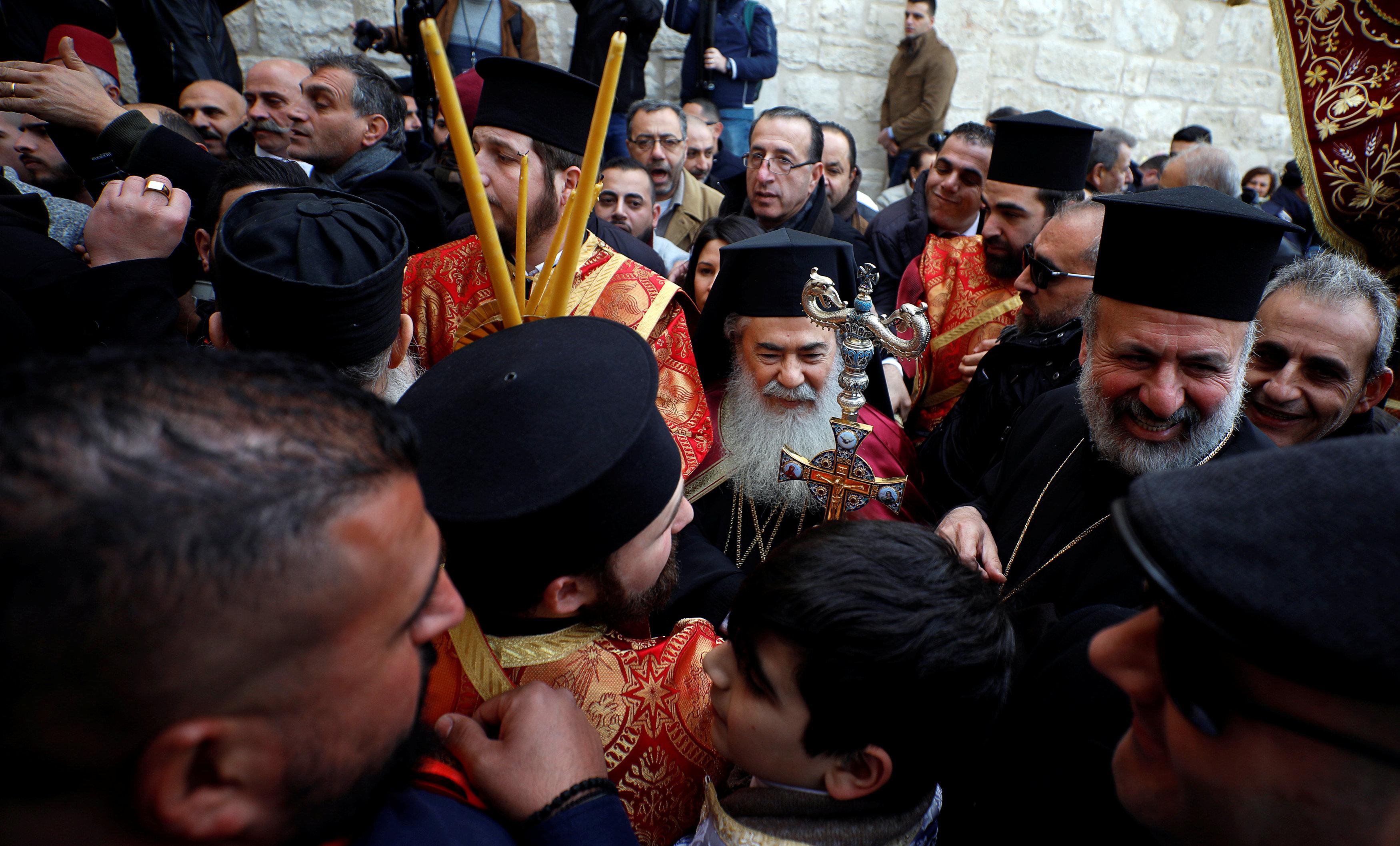 المئات داخل كنيسة المهد في بيت لحم