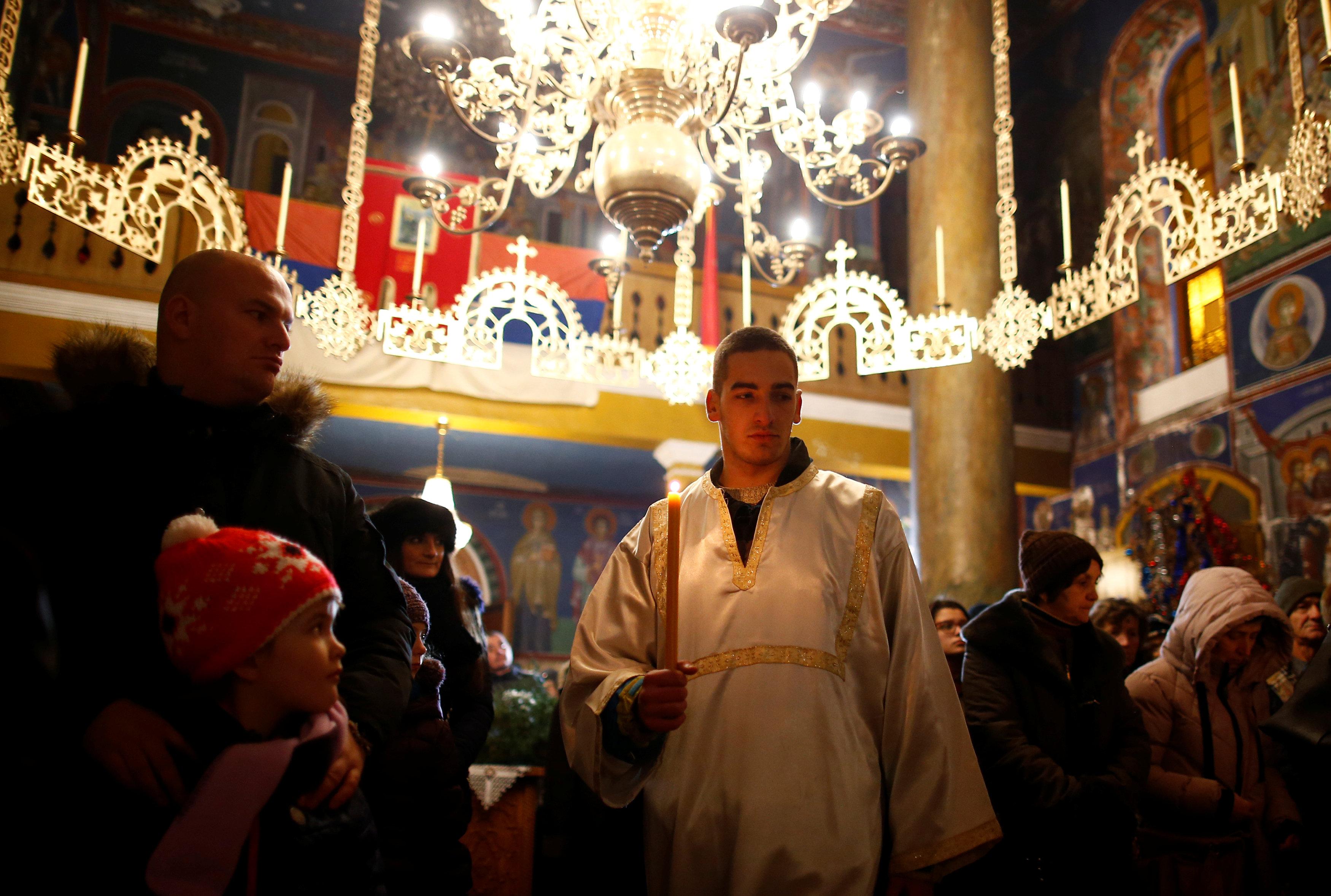 المصلون يقيمون شعائرهم خلال القداس فى البوسنة