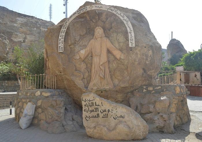 تمثال وعبارات محفورة على الحجر