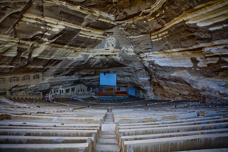داخل الدير