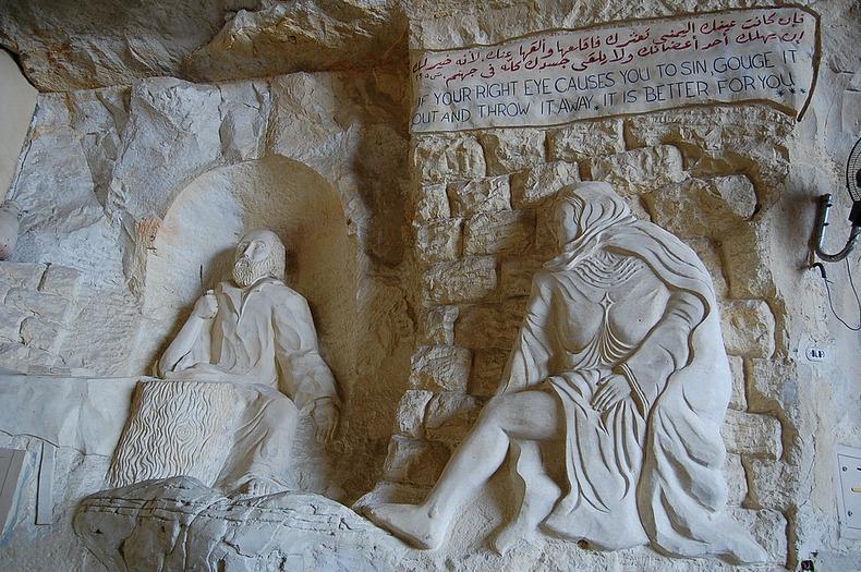 تماثيل داخل الدير