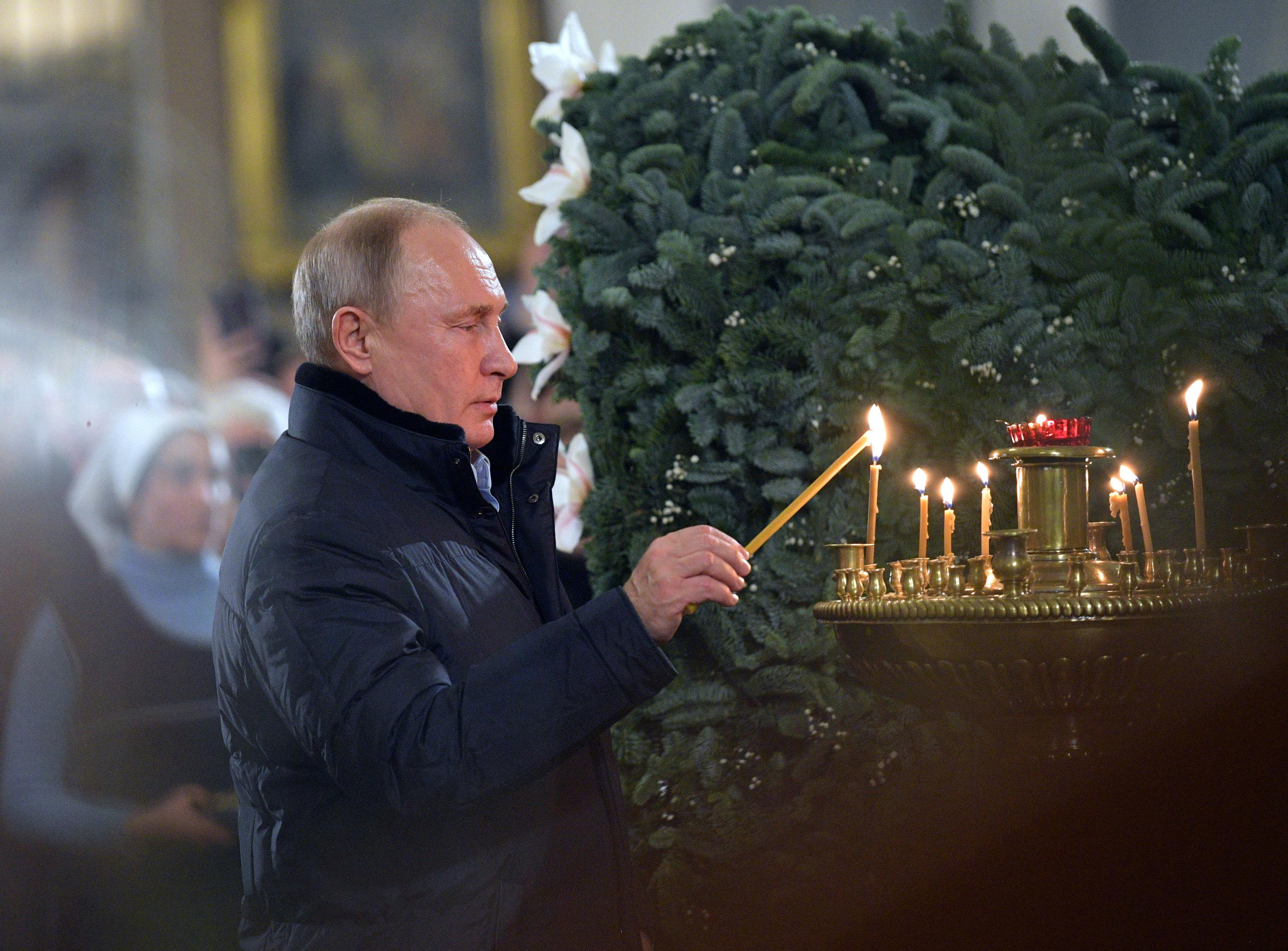 الرئيس بوتين يحضر قداس عيد الميلاد فى إحدى كنائس (1)