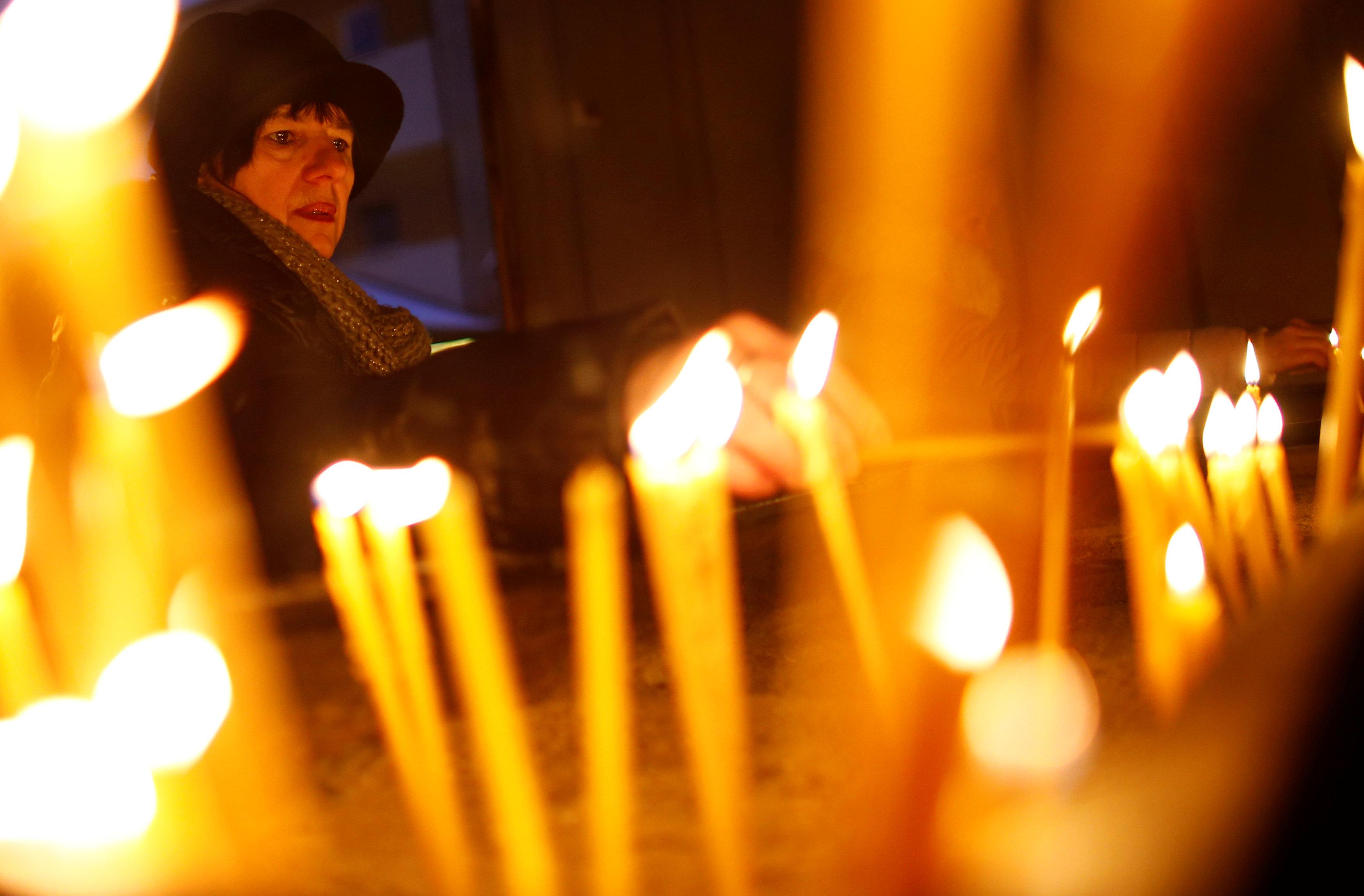 اضاءة الشموع خلال القداس