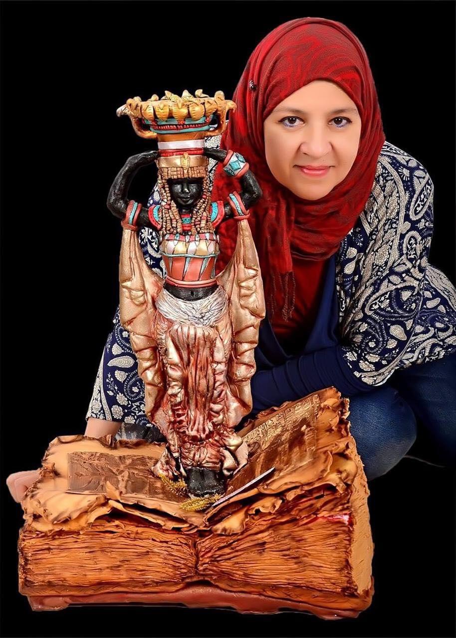 دينا دياب مع أحد أعمالها