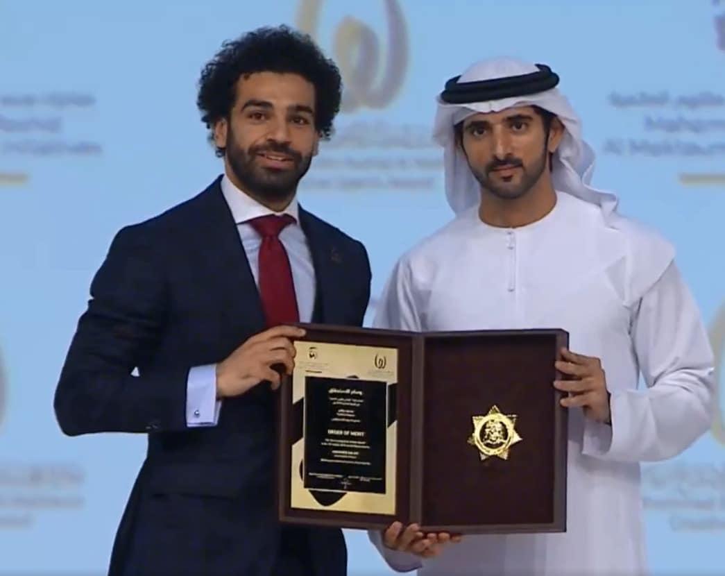 حمدان يسلم الجائزة لصلاح
