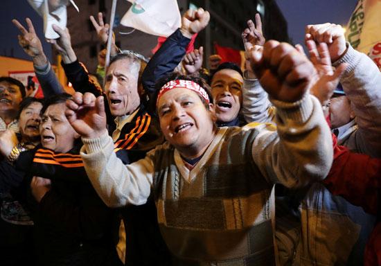 احتفالات بقرارات رئيس بيرو
