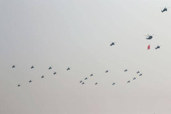 سرب طائرات يحلق فى السماء