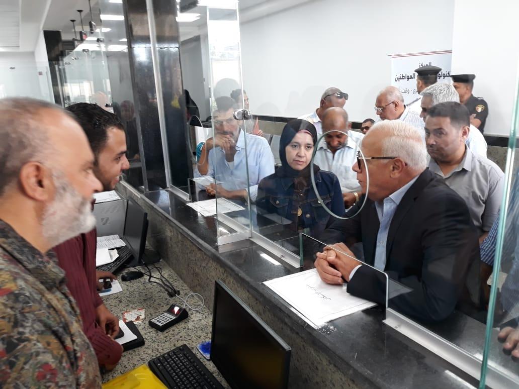 محافظ بورسعيد يتفقد المركز التكنولوجى لخدمة المواطنين بالديوان العام (5)