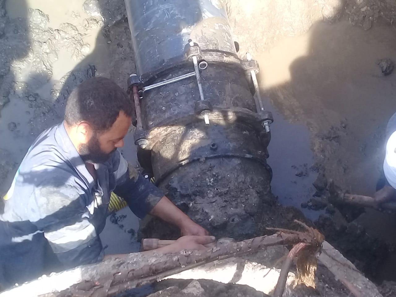 فريق صيانة لإصلاح كسر خط المياه بمنطقة الحادقة (1)