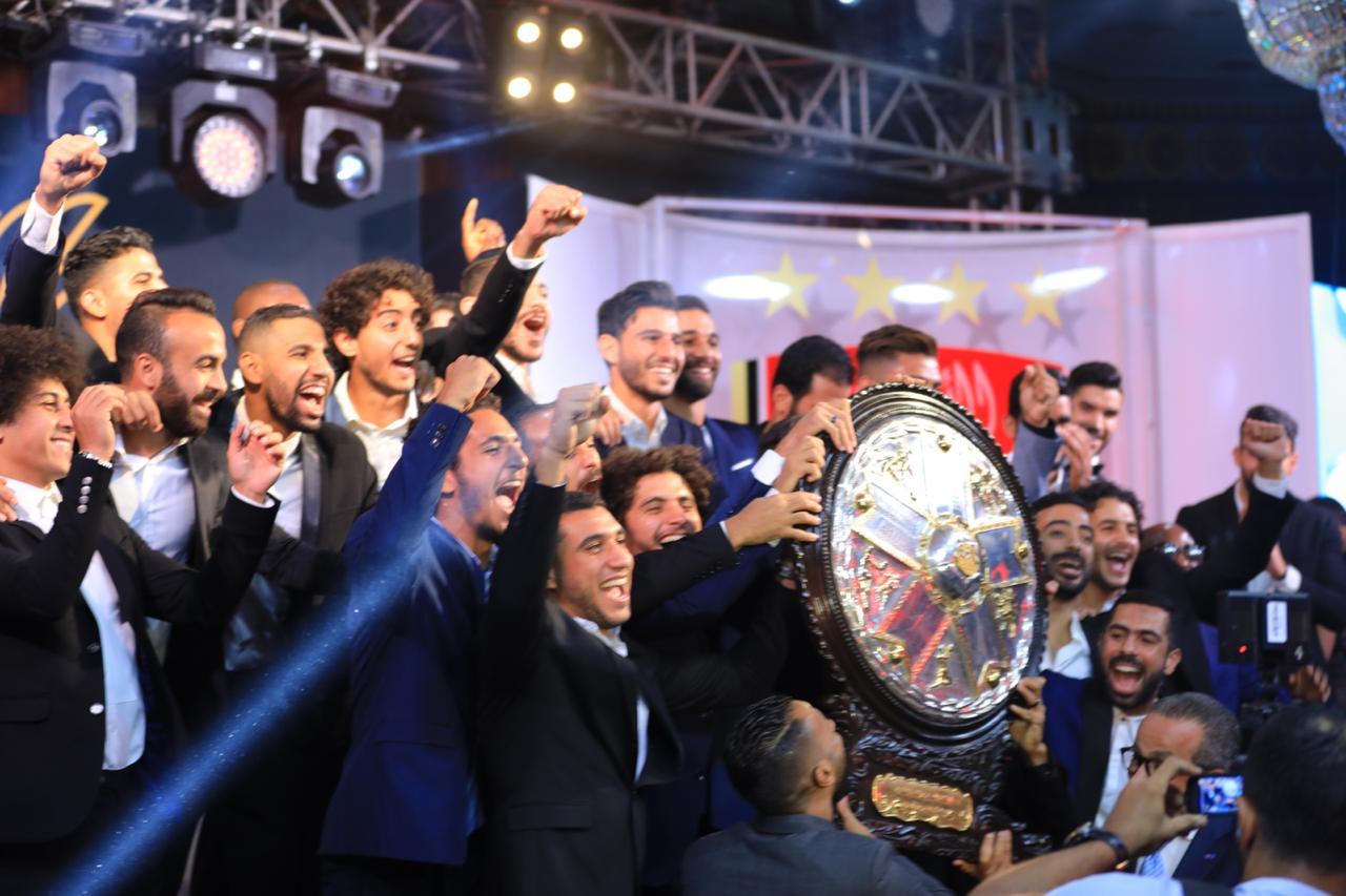 لاعبي الاهلي يحتفلوا بدرع الدوري