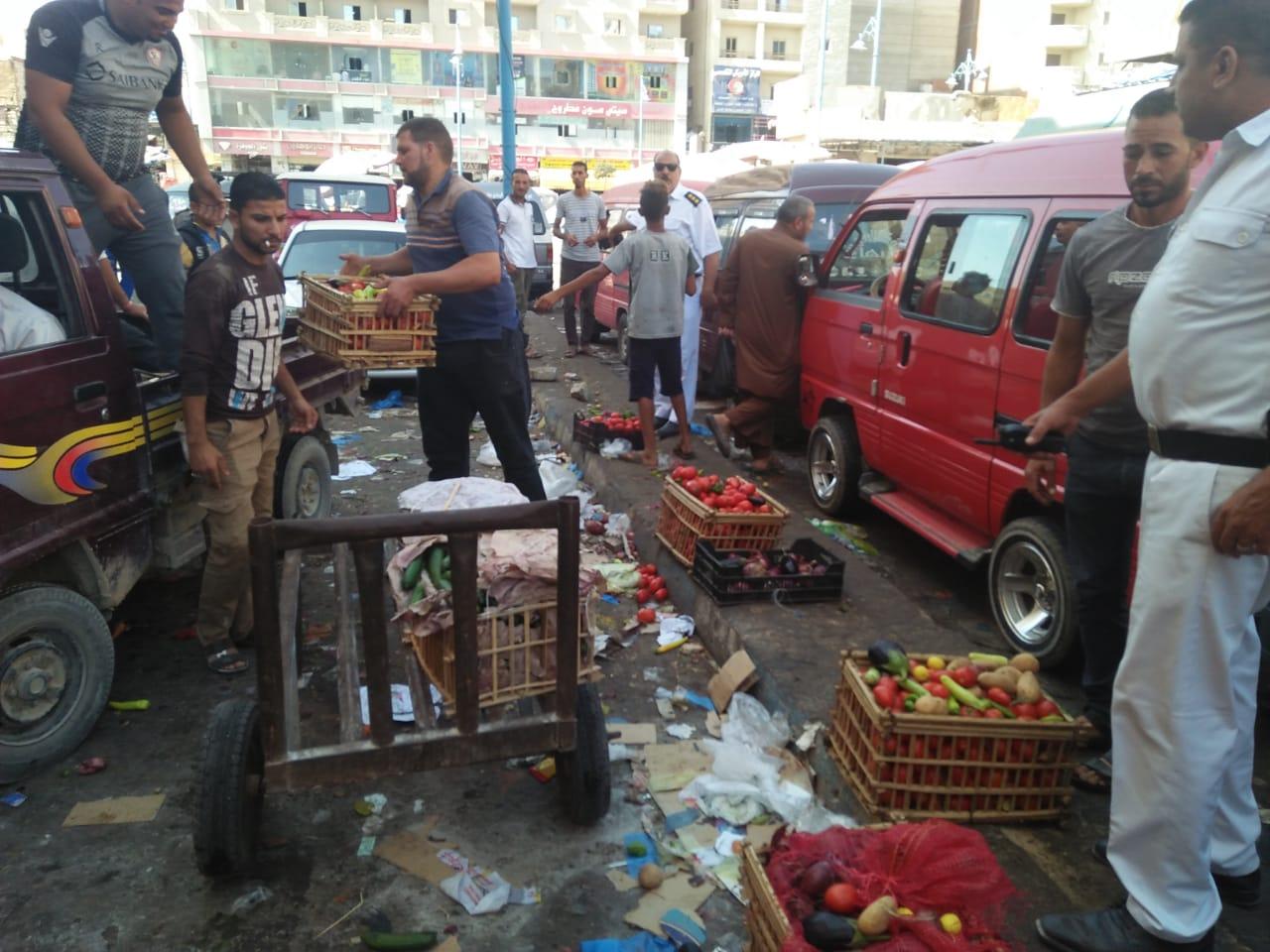 حملة لإزالة الإشغالات وباعة الخضراوات من شوارع مطروح (4)