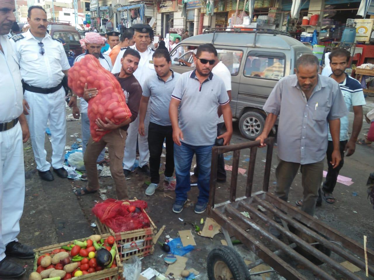 حملة لإزالة الإشغالات وباعة الخضراوات من شوارع مطروح (1)