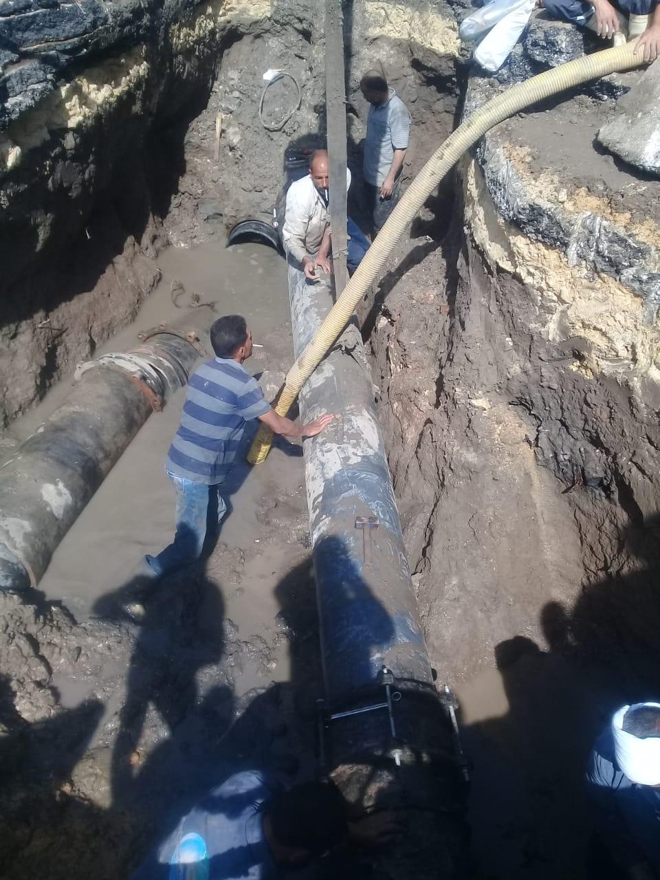 فريق صيانة لإصلاح كسر خط المياه بمنطقة الحادقة (3)