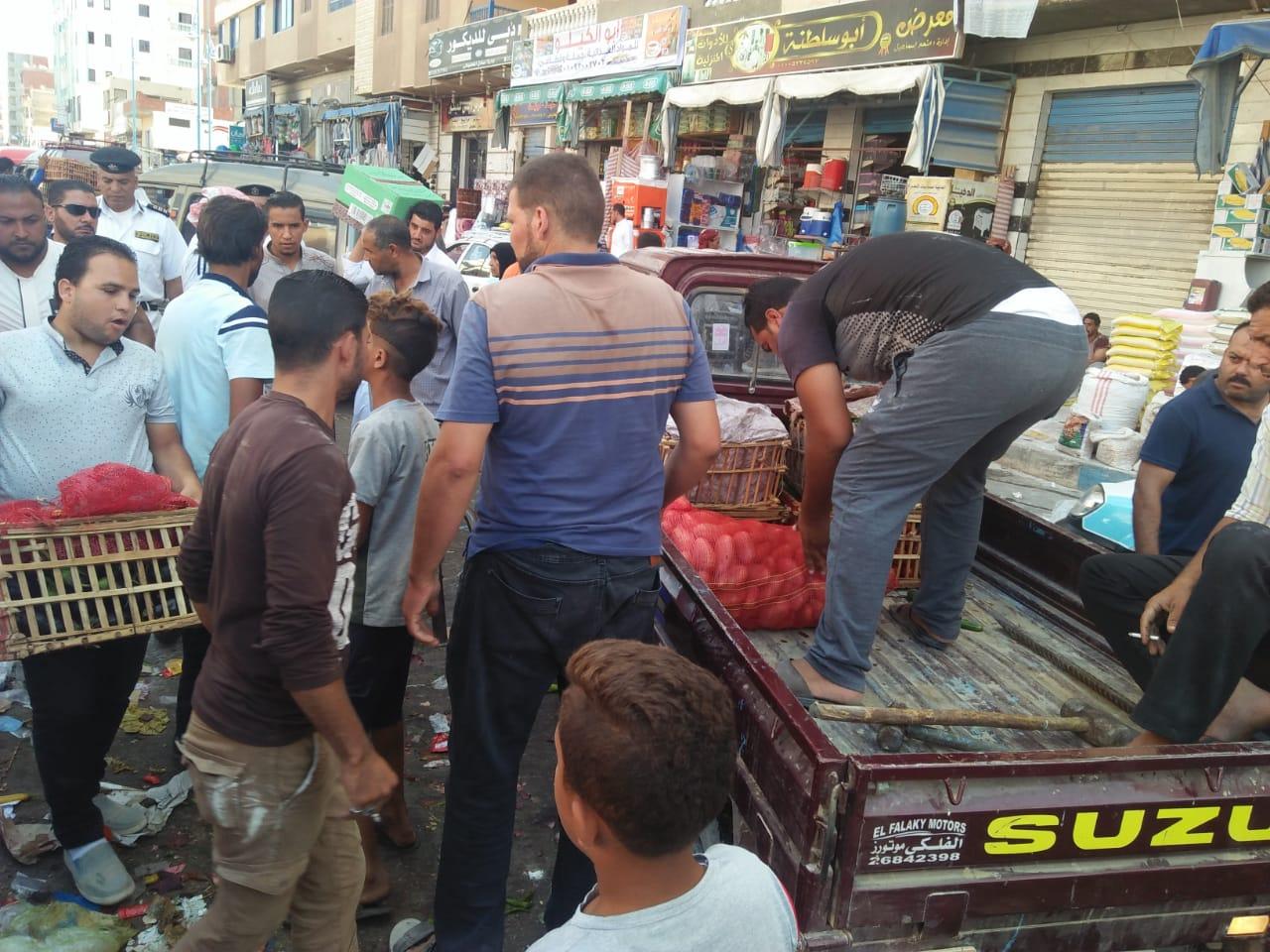 حملة لإزالة الإشغالات وباعة الخضراوات من شوارع مطروح (2)