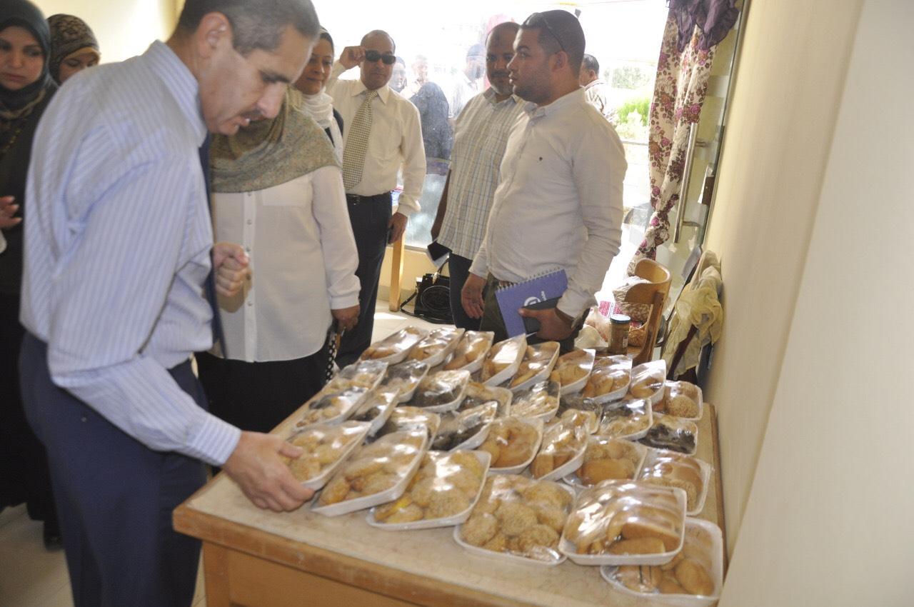 رئيس جامعة القناة يفتتح منفذ بيع منتجات أهالى قرية الفردان بالجامعة (1)