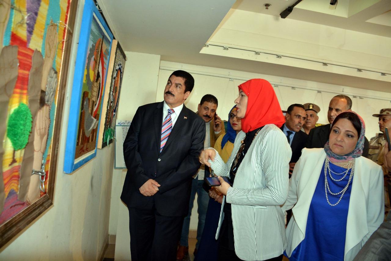 محافظ القليوبية ومديرة ثقافة القليوبية خلال جولته بالمعرض