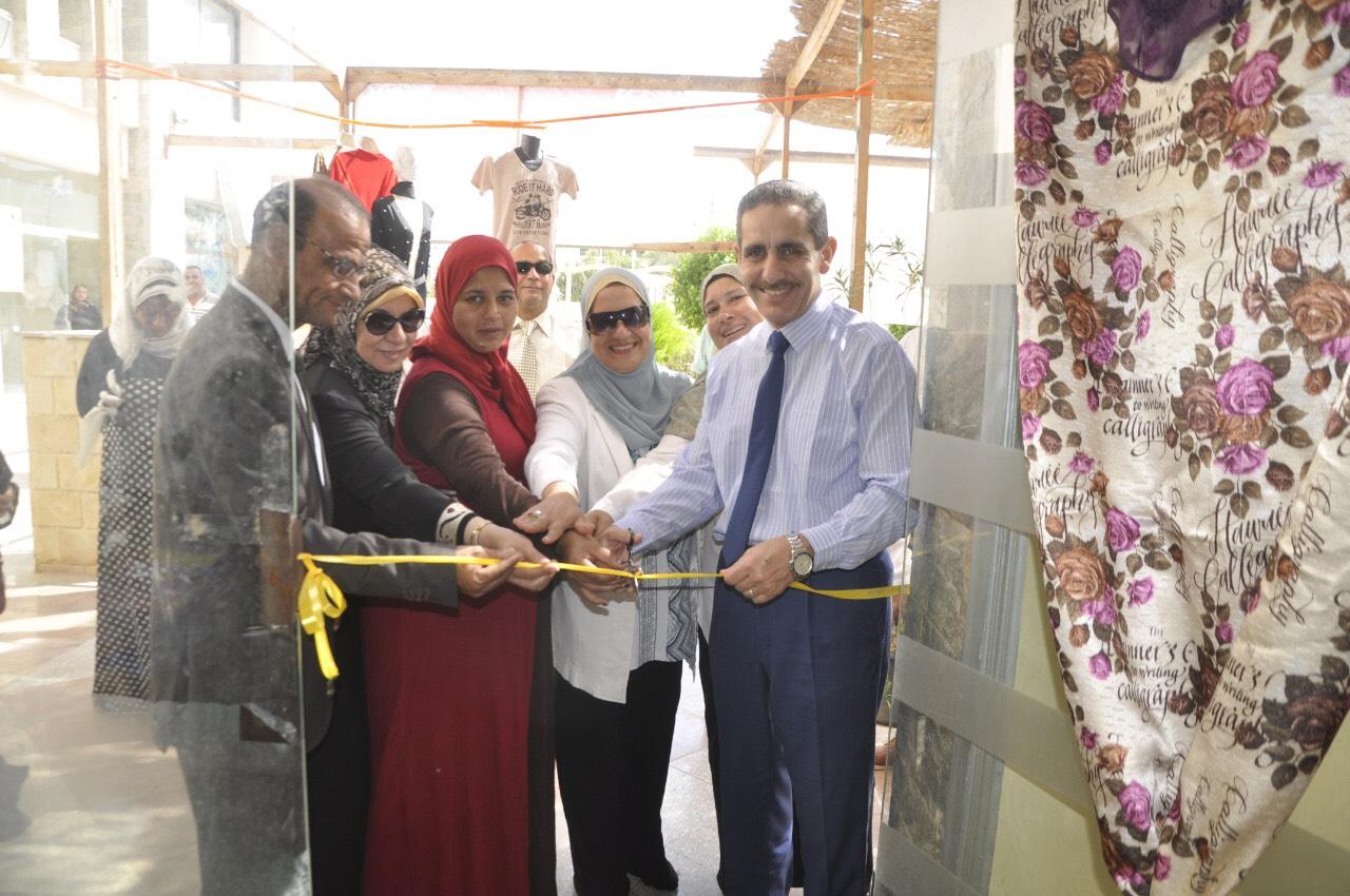 رئيس جامعة القناة يفتتح منفذ بيع منتجات أهالى قرية الفردان بالجامعة (2)
