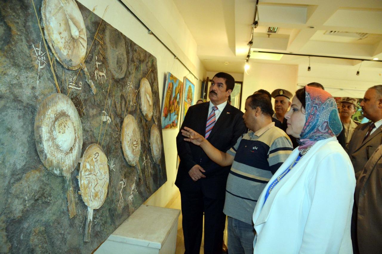 محافظ القليوبية خلال تفقده لوحات المعرض