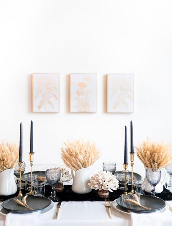 طاولة بسيطة مع أوراق الخريف والتوت  والقرع
