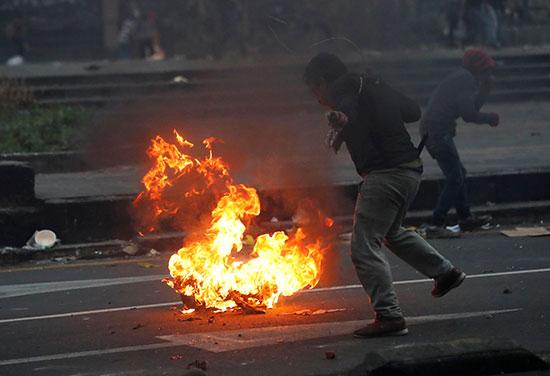 اطارات مشتعلة وسط الاحتجاجات